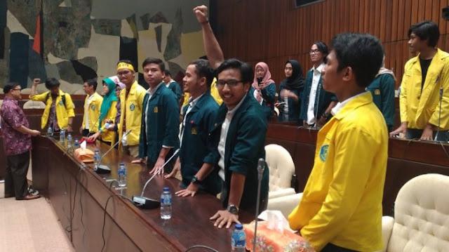 HEBOH! Rapat Pansus Hak Angket KPK, Antara DPR dengan Mahasiswa Berlangsung Ricuh, Fahri Hamzah & Fadli Zon Sembunyi. Lihat Ini Videonya!