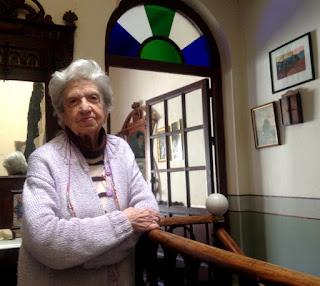 La Sra. María Teresa Perez-Zubizarreta Sánchez  nos permitió subir a su balcón para tomar fotos  de las procesiones y después nos contó numerosas  anécdotas sobre su infancia y la villa de Trujillo.