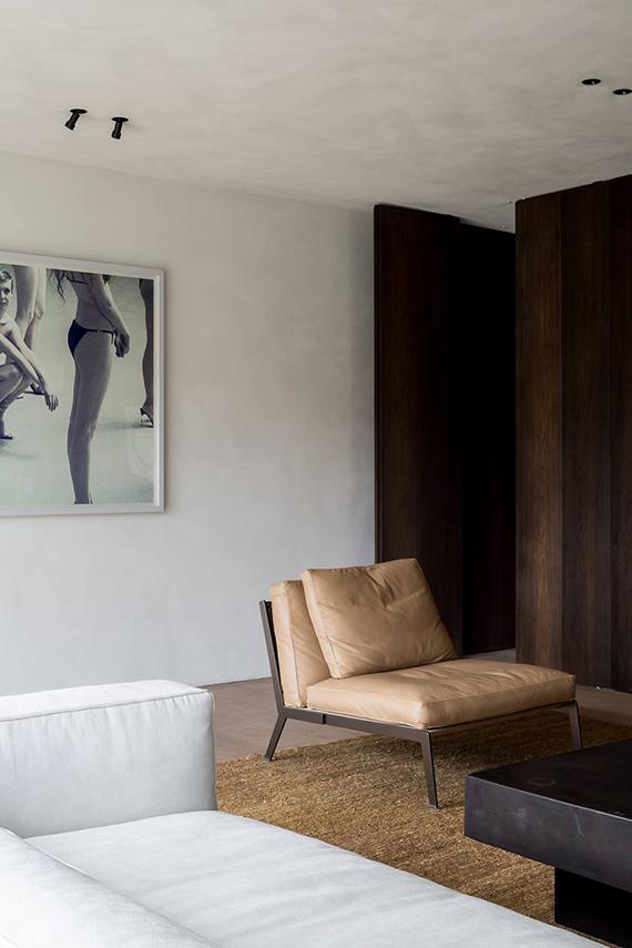 Neutral shaded living room with impressive art via Cafeine