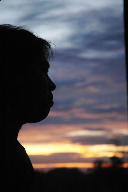 SUNSET : Menikmat senja hari. Foto ini diambil di atas gedung Pontianak Post saat pindah di daerah arang limbung sekitar tahun 2008. Terima Kasih buat Bearing atas jepretannya yang keren ini.  Foto Bearing