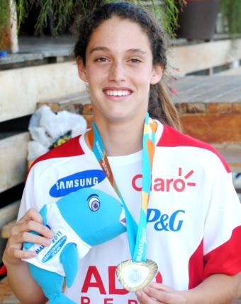 Foto de Natalia Cuglievan mostrando medalla ganada