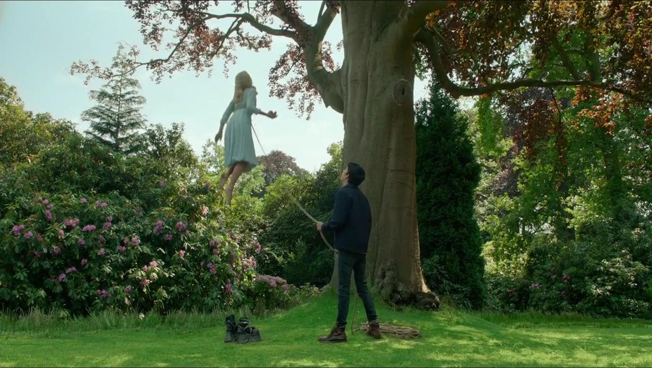 bd04dc85a Jane Goldman e Tim Burton conseguiram explorar bastante as peculiaridades  de cada um, como Emma (Ella Purnell) que flutua e precisa usar sapatos de  chumbos ...