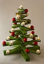 http://portaldemanualidades.blogspot.com.es/2013/10/adorno-de-navidad-hecho-con-madera.html