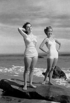 fotos viintage, dos mujeres en la playa