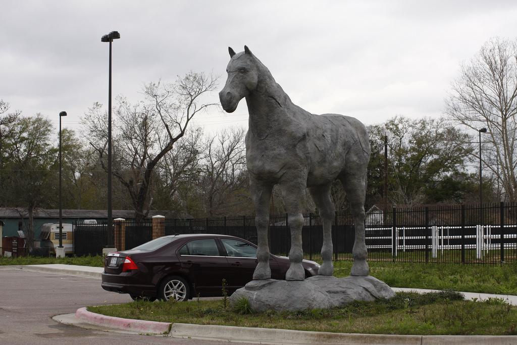 что за машина со знаком лошади