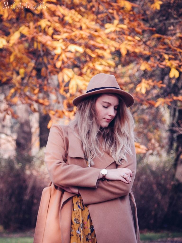 18 beżowy wiązany płaszcz na jesień wiosnę zimę beżowy kapelusz jak nosić kapelusz sukienka na jesień żółta w kwiaty zegarek daniel wellington kod rabatowy promocje rosegal zaful opinie moda fashion blogerka łódź