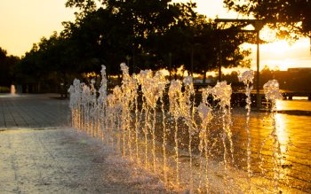Wallpaper: Sunset through water fountain