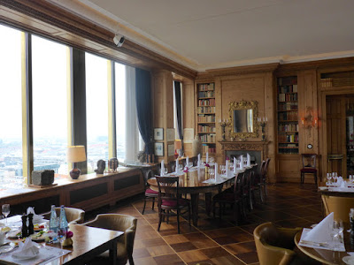 Hochhausarchitektur kracht auf französisches Schlossintérieur