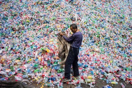 El plástico es un compuesto de materiales orgánicos sintéticos o semisinteticos, que tienen la propiedad de ser maleables, dándole versatilidad para muchos usos y aplicaciones.