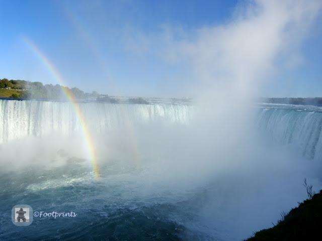 """Hier kann man ganz gut die characteristische Hufeisen-Form des Wasserfalls auf der kanadischen Seite erkennen, der Ihm den Namen """" Horseshoe Falls"""" einbrachte."""