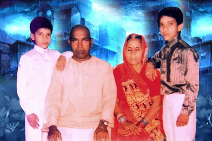 Dinesh Lal Yadav 'Nirahua' Childhood (Bachpan) Photos With Father, Mother and Brother Pravesh Lal Yadav