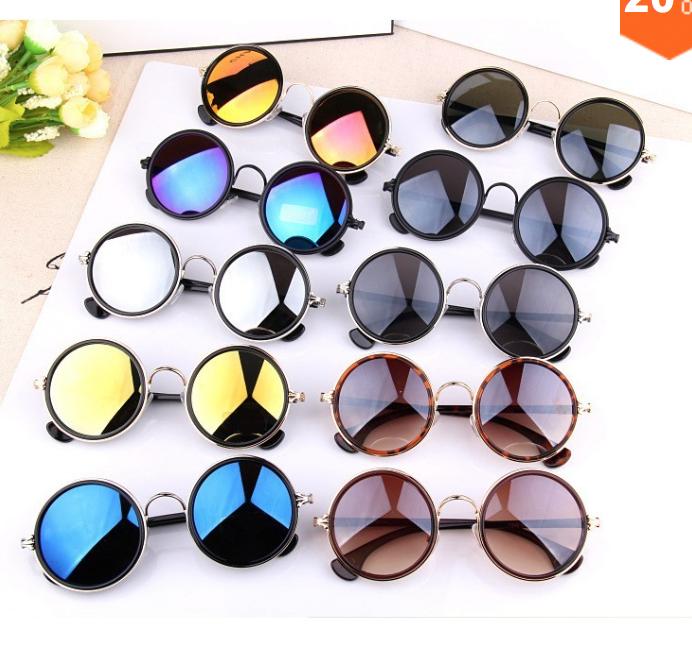 aed047a02c748 ... os óculos redondos viraram hit e foram eternizados pelos Beatles. Está  moda está de volta e aparece de forma repaginada e mais contemporânea.