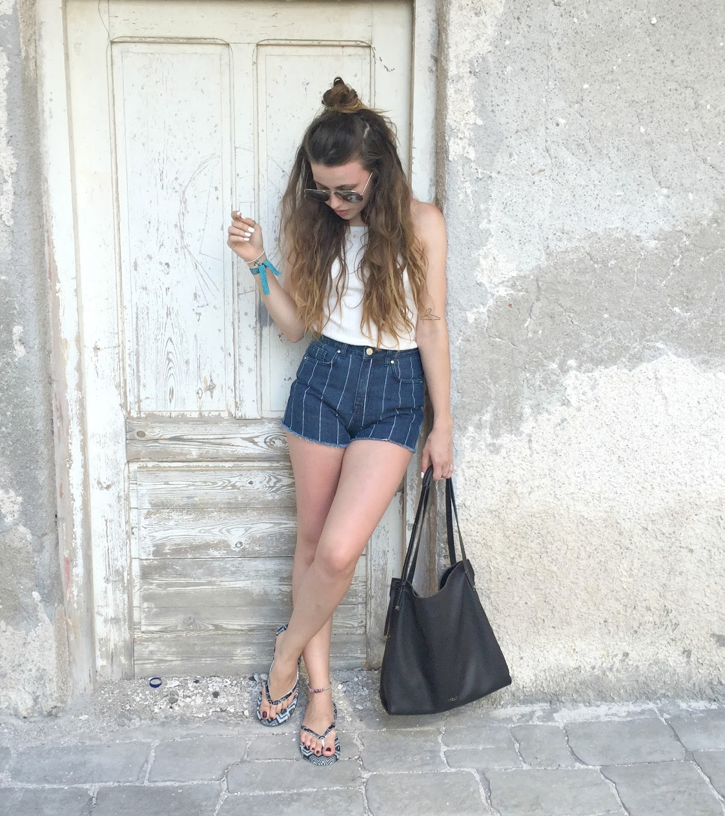 holiday outfit with denim shorts