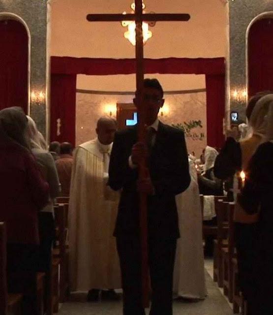 Convertidos entram na 'Igreja das Catacumbas' para não serem mortos pelo Islã.