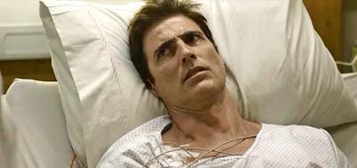 Régis (Reynaldo Gianecchini) vai expulsar a amante de seu quarto em cena de A Dona do Pedaço