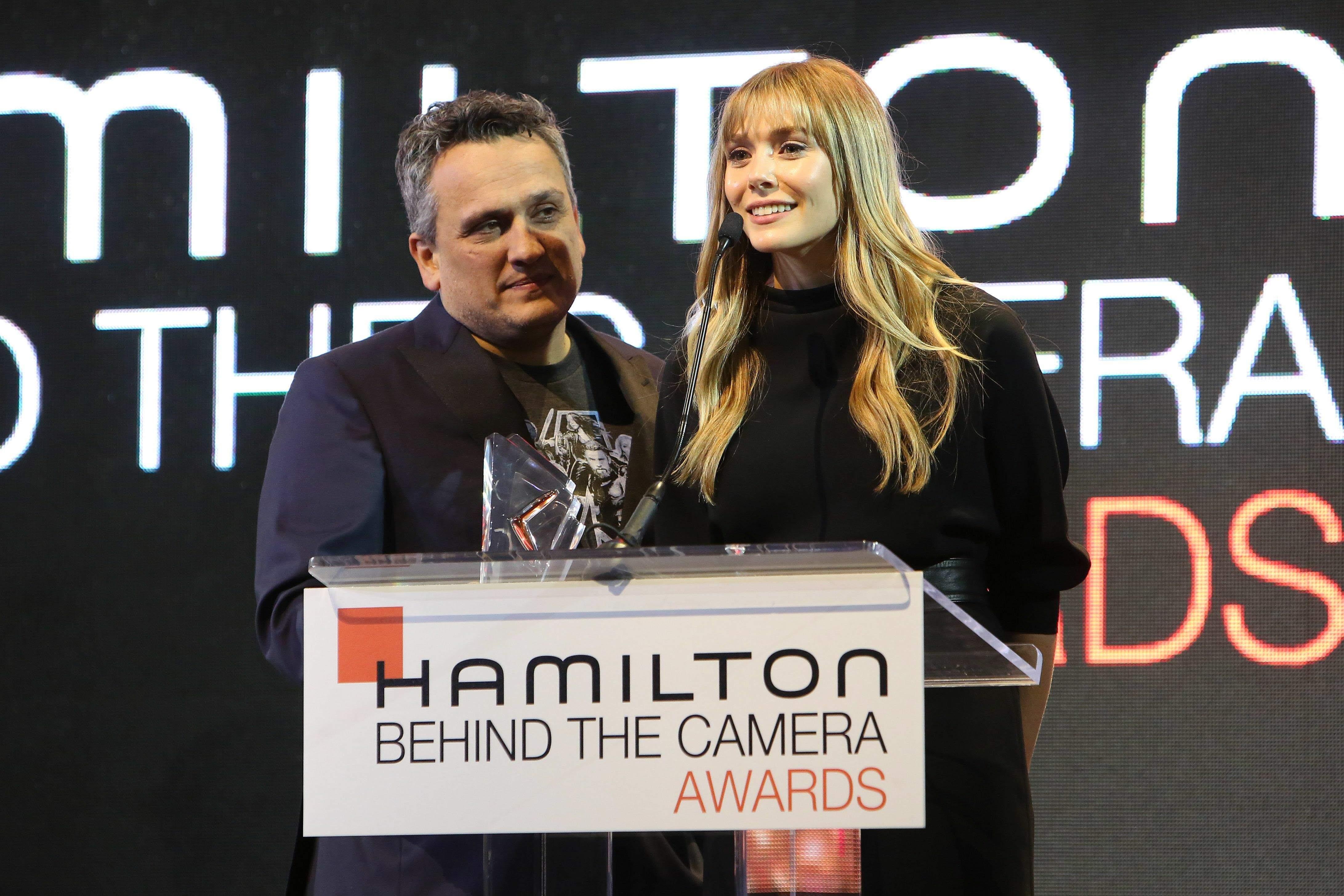 Elizabeth Olsen debuts new bangs at the Hamilton Behind The Camera Awards : マーベルのヒーロー映画を支える VFX のスペシャリスト、ダン・デリーウを讃えるために、アベンジャーズ代表のリジーがイメチェンの新ヘアスタイルで、ハミルトン・ビハインド・ザ・カメラ・アワーズに登場 ! !
