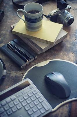 Tastatur mit Kaffee Blog schreiben