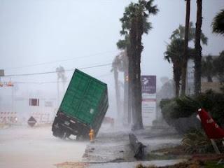 أمريكا : الإعصار هارفي يهدد ولاية تكساس بسيول كارثية و تدمير شامل