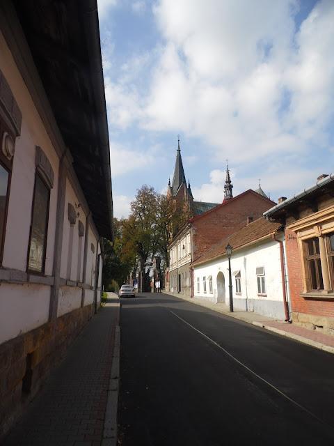Kościół w Ciężkowicach i prowadząca do niego ulica