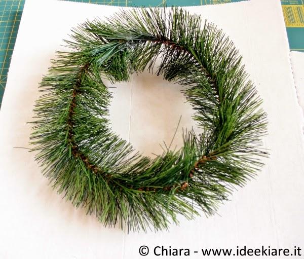 Crea la tua ghirlanda natalizia con materiale di recupero