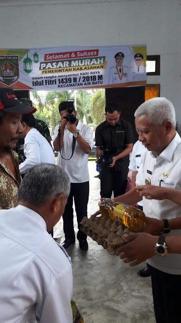 Wakil Bupati Asahan Surta BSc menyerahkan paket sembako pasar murah secara simbolis.