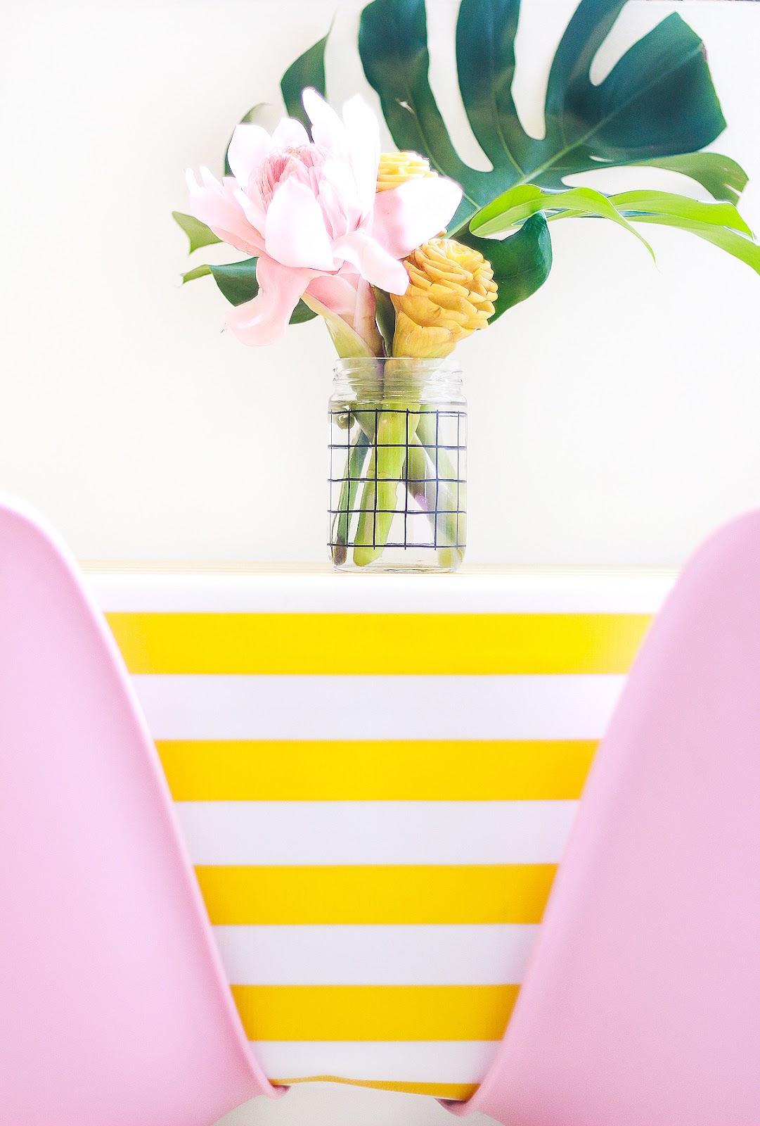 decoração sala colorida mesa de jantar arranjo flores tropicais bastao do imperador gengibre decorativo