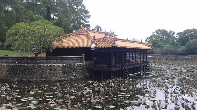 Tumba del emperador Tu Duc. Salón de té en el lago