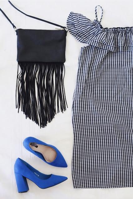 Stylizacja na ślub dla gościa - sukienka w czarno-białą kratę, czarna torebka z frędzlami i kobaltowe buty na słupkowym obcasie.