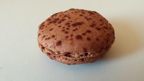 Macaron au chocolat de la pâtisserie Sébastien Dégardin Paris 05 ème.