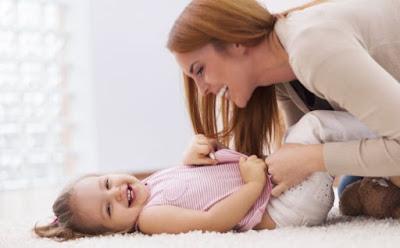 كيف تسعدين طفلك ام تداعب تلاعب طفلتها بنتها امرأة فتاة الامومة mother play with daughter child little girl kid child woman