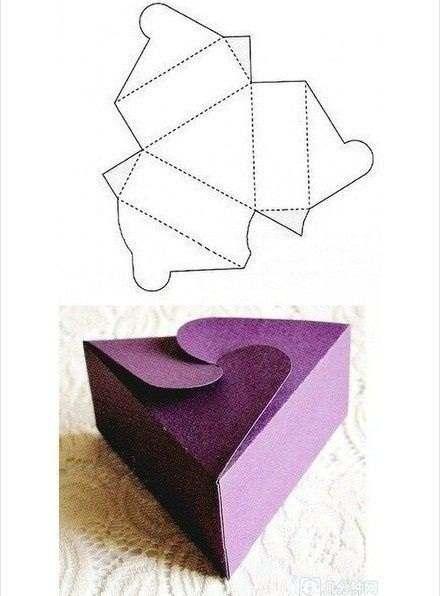 Kotak kado ungu segitiga