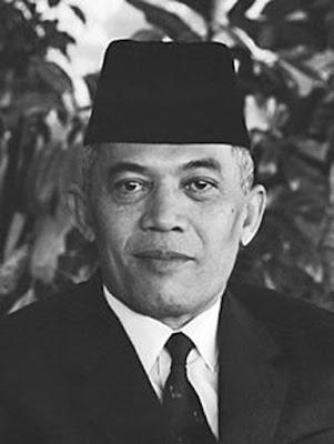 Biografi Jendral A.H Nasution      Abdul Haris Nasution (lahir di Kotanopan, Sumatera Utara, 3 Desember 1918 - meninggal di Jakarta, 6 September 2000 pada umur 81 tahun). Dari pasangan H. A. Halim Nasution (ayah) dan Hj. Zaharah Lubis (Ibu) yang bekerja sebagai petani. A.H. Nasution menikah dengan Sunarti putri dari Gondokusumo pada 30 Mei 1947 dan dikaruniai 2 orang anak bernama Hendriyanti Saharah dan Ade Irma Suryani.  Jendral A.H Nasution atau Jendral Abdul Haris Nasution adalah salah satu Jendral Besar yang ikut serta dalam mewujudkan kemerdekaan Indonesia. Beliau adalah salah satu saksi sejarah yang berhasil menyaksikan sendiri kemerdekaan Indonesia, kepemimpinan Orde Lama (Presiden Soekarno), kepemimpinan Orde Baru (Era Soeharto) dan masa reformasi.  Ayahnya adalah seorang aktivis Sarekat Islam di Kotanopan, Tapanuli Selatan. Nasution kecil sangat gemar membaca. Buku-buku seperti biografi tokoh dunia, sejarah dan kisah Nabi Muhammad serta perang kemerdekaan Belanda dan Perancis telah mengisi hari-harinya.  Setelah lulus AMS-B (setingkat SMA PASPAL) di tahun 1938, Nasution bekerja sebagai guru di Bengkulu dan Palembang. Selepas itu, Nasution pun bergabung ke dalam Akademi Militer dan sempat terhenti pendiidkannya karena invasi Jepang pada tahun 1942. Saat itu, Belanda yang telah kuat armada militernya dapat diberangus