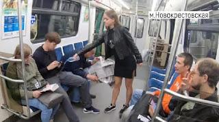 Φοιτήτρια ρίχνει χλωρίνη στα παντελόνια αντρών στο μετρό για να καταπολεμήσει το manspreading