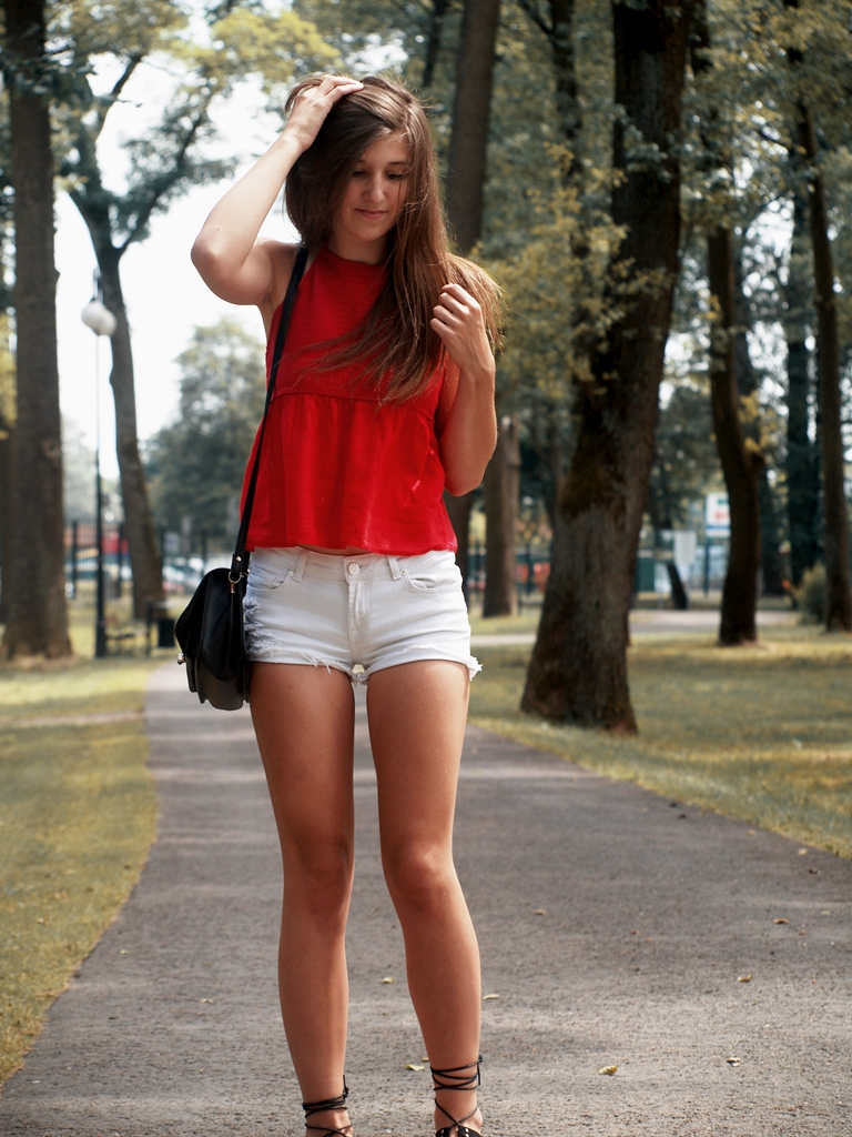 RED BLOUSE & WHITE RIPPED SHORT