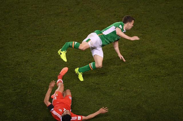 Neil Taylor le rompe la pierna al capitán de Irlanda Seamus Coleman en las eliminatorias Europa Rusia 2018