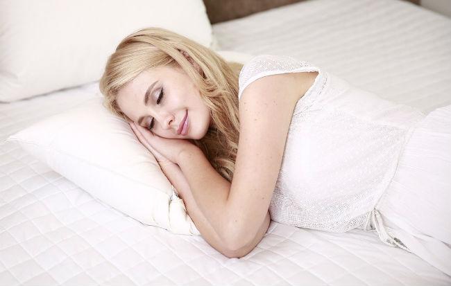 Donna che dorme sul fianco destro
