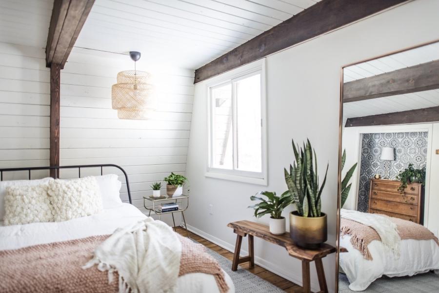 Skandynawski dom z elementami boho - wystrój wnętrz, wnętrza, urządzanie mieszkania, dom, home decor, dekoracje, aranżacje, minty inspirations, styl skandynawski, naturalne drewno, drewniana podłoga, boho, scandinavian style, otwarta przestrzeń, drewniane belki, sypialnia, bedroom, łóżko, drewniana ławka, hamak, orientalna tapeta, wzorzysta tapeta