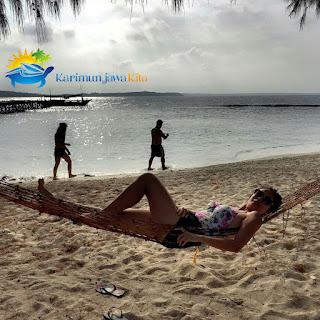wisatawan di pulau kecil karimun jawa
