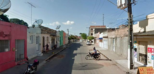 Garçom tem celular roubado no centro de Goiana.