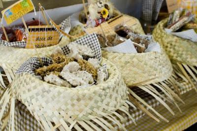 festa junina arraia arraial junino mesa guloseima comida decoração diy ideia dica arrumar arrumação diferente gourmet elegante bonito chapeu palha