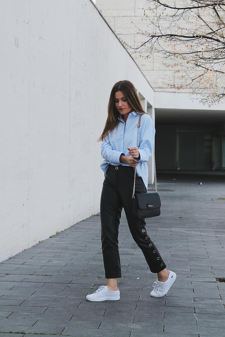 Look con camisa azul y pantalones de cuero moda