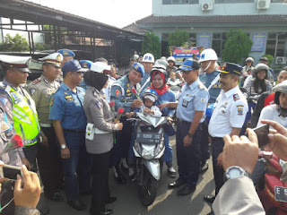 Peduli Masyarakat Pengguna Lalu Lintas Denpom Lanal   Cirebon Berbagi Helm Dan Seuntai Bunga