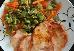 Lomo de cerdo con zanahorias y judías verdes
