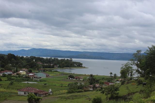 Keindahan alam Danau Toba terlihat dari Tugu Sitohang