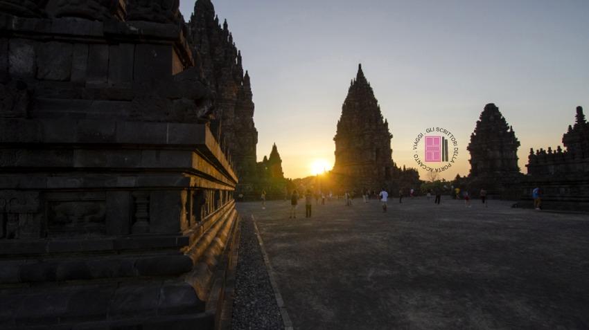 Il tempio Prambanan al tramonto.