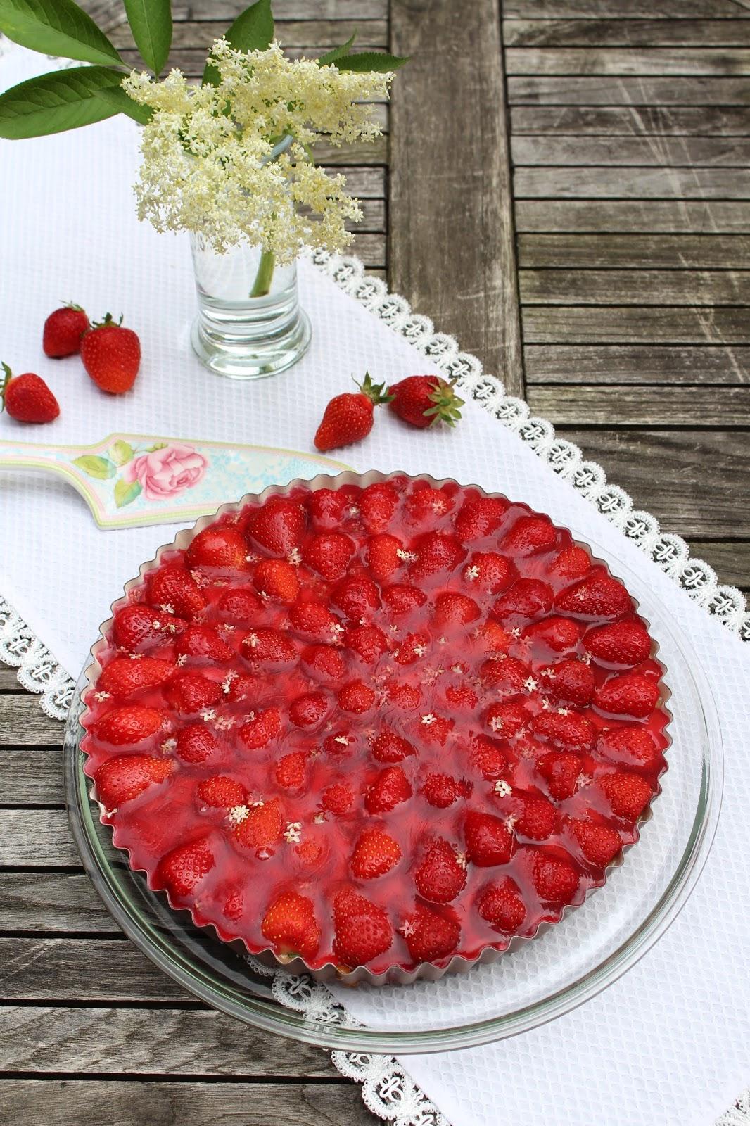 Erdbeertorte mit Basilikum-Pudding und Holunderblütenguss: Calendar of Ingredients im Juni mit Erdbeere, Holunderblüte und Basilikum