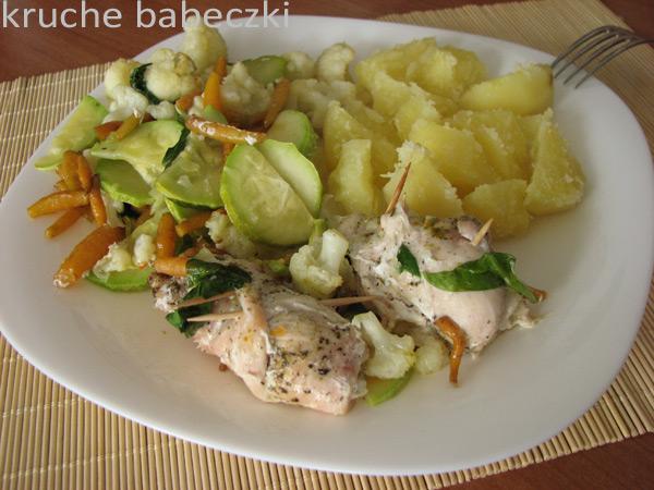 Filet z kurczaka faszerowany szpinakiem, serem feta z warzywami