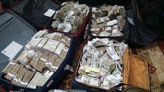 الأموال التي تم ضبطها في منزل الموظف المرتشي