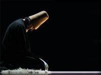 Post üzerinde oturan ve Allahü Teala'yı düşünen bir mutasavvıf