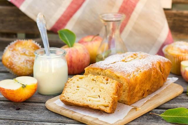 Egyszerű bögrés almás süti: a joghurtos tészta hihetetlenül puha